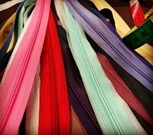 Zamki zameczki - nic tylko wszywać do kolorowych sukienek!