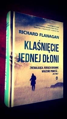 """Szukacie wyjątkowej książki? ,,Klaśnięcie jednej dłoni"""" przeniesie Was do świata, w którym miłość jest równoznaczna z cierpieniem, szczęścia próżno szukać na liście życiowy..."""