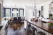 Kuchnia otwarta, o prostym designie w kontrastujących kolorach - biel ścian i...