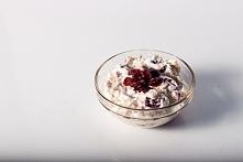 Płatki orkiszowe,żurawina, jogurt naturalny