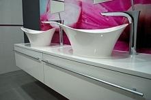 Jasna łazienka w nowoczesnym stylu. Podwójne umywalki i szafki łazienkowe wykonane jako meble na wymiar przez producenta Mobiliani z Bydgoszczy.