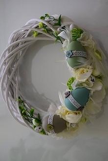 Wielkanocny wianek z jajkami, kwiatami i piórkami, Dziedzicka Dekoracje