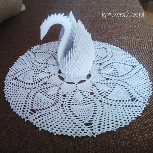 Szydełkowa serwetka do koszyczka i łabędź origami