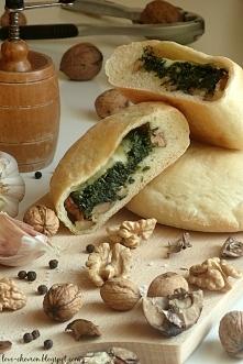 Calzone ze szpinakiem, orzechami włoskimi i mozzarellą (przepis po kliknięciu na zdjęcie)