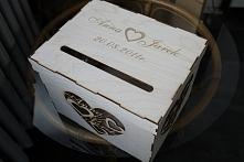 Skrzynka ze sklejki wycinana i grawerowana laserowo przeznaczona na koperty. Na wcześniejszym zdjęciu pokazana jest wycinanka z imionami z 3 stron pudełka, zapraszam do obejrzen...