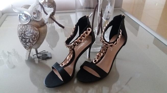 Sandały ozdobione złotym łańcuchem.  Zainteresowanych zapraszam pod adres mewa791@wp.pl