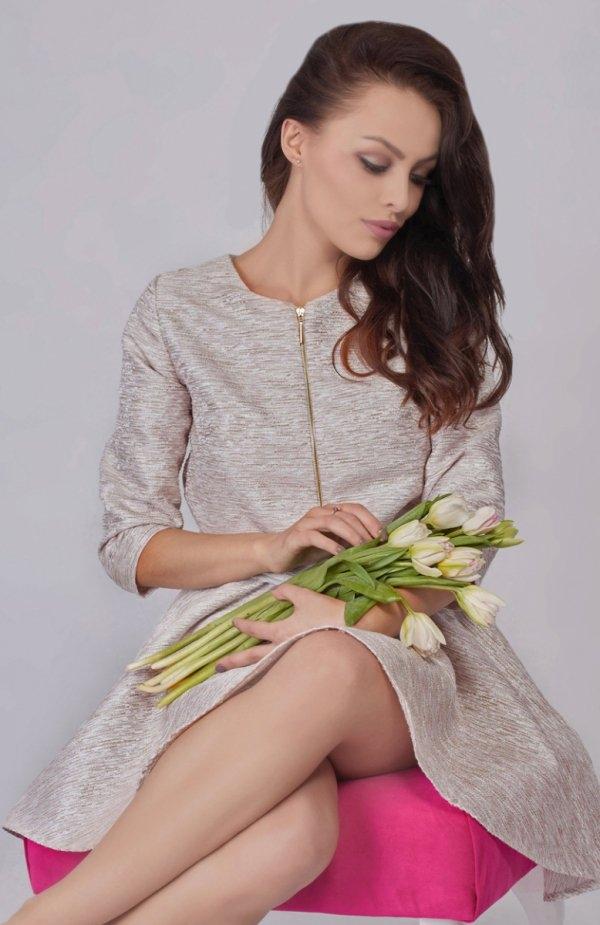 Milu MP65 sukienka ecru Stylowa sukienka, rękaw 3/4, z przodu ozdobny złoty zamek