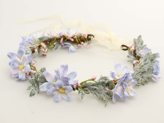 Uroczy i bardzo delikatny wianuszek ze sztucznych kwiatów. Idealny dla panny młodej i dla druhen :)  Do kupienia w sklepie internetowym Madame Allure!