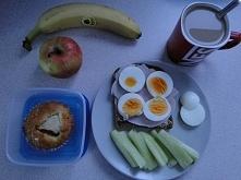 Śniadanko + muffinka z jabłkiem Mamuśki i owoce do pracy ;)