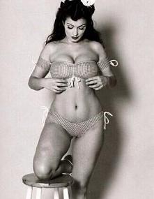 Piękna prawda? Chcę zwrócić uwagę na coś, koleżanka ma taką figurę, biust jest niewysoka i śliczna i się przejmuje, ja zaś, mam dość wąską talię, szerokie biodra i mały biust i ...