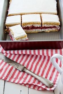 Przekładaniec z truskawkami i makiem Chociaż jest kilka warstw ciasto jest ba...