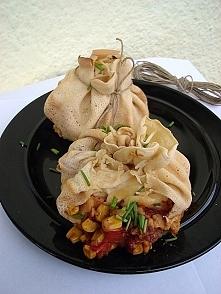 Sakiewki naleśnikowe z mięsem w pomidorach