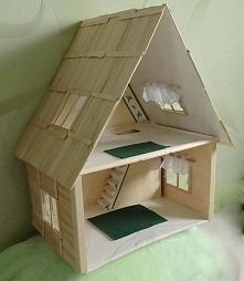 Domek wykonany jest z patyczków do lodów oraz z papieru (tektury)