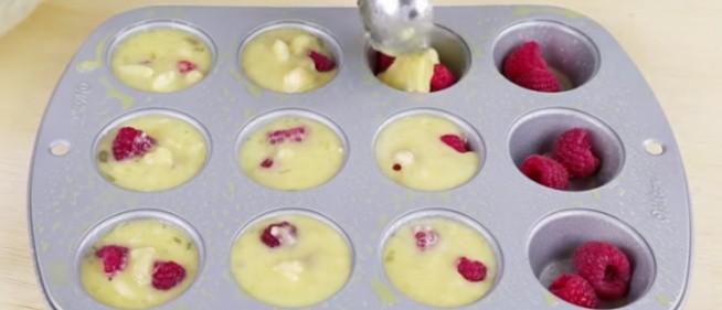 Banalny przepis, tylko 3 składniki! Zobacz jak zrobić w 100% zdrowe i w 100% pyszne muffinki Jedyne, czego potrzebujesz, to:  – 2 banany, bardzo dojrzałe – 4 jajka (ewentualnie same białka jajek) – maliny, jagody, borówki, truskawki… co tylko sobie wymarzysz!  PRZEPIS  • Rozgrzej piekarnik do 190°C  • Zmiażdż banany na papkę  • Dodaj jajka/białka i ubij wszystko razem  • Spryskaj formę do muffinek i do każdego zagłębienia dodaj kilka owoców.  • Na owoce nałóż mieszankę bananów i jajek.  • Piecz przez około 12 minut.  • Pozostaw do ostygnięcia.