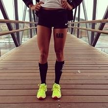Podobają mi się jej nogi, opalenizna i strój!