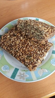 chleb pełnoziarnisty z samych ziaren :) własnej roboty :)