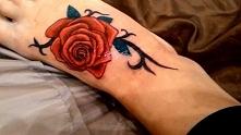 tatuaż róża na stopie