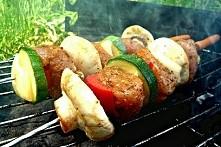 Dietetyczne szaszłyki z kurczaka Składniki na 6 szaszłyków: -2 filety z kurczaka 400g- 1 papryka czerwona 150g Mała cukinia lub połowa większej 300g- 6 pieczarek 120g- 2 cebule ...