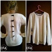 Mam do sprzedania biały sweterek z czarnymi kokardkami z tyłu. Sweterek właściwie nie używany. Rozmiar to prawdopodobnie s, ale nie mam pewności, bo nie ma metki. Cena to 15zł