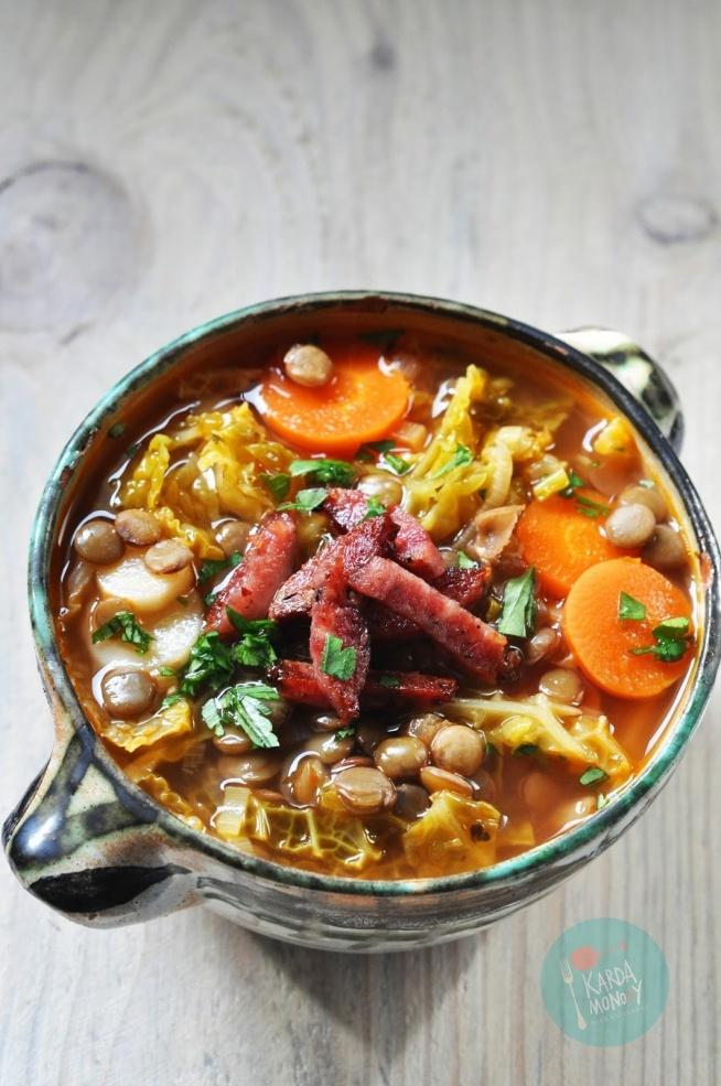 Zupa z kapustą włoską, kiełbasą i soczewicą