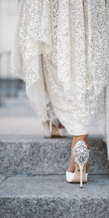buty, kryształki, wykończenie sukni