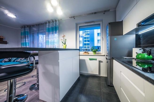 Nowoczesna kuchnia w mieszkaniu w Bydgoszczy z meblami na wymiar wyprodukowanymi przez Mobiliani.