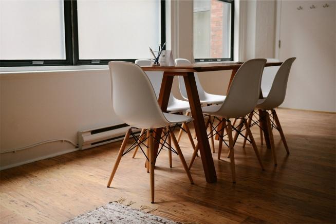 Modne, proste, ale jednocześnie designerskie meble - stół i krzesełka o uniwersalny charakterze.
