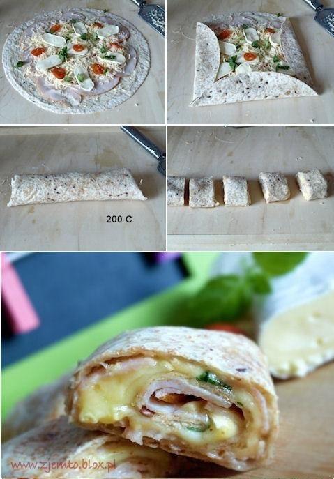 Domowe rollsy Składniki: 1 opakowanie tortilli ( u mnie pełnoziarnista) 20 dkg sera edamskiego 18 dkg sera pleśniowego camembert kilka pomidorów koktajlowych świeża bazylia 20 dkg szynki sos: 4 łyżki jogurtu naturalnego 2 łyżeczki ostrej musztardy sól do smaku Sposób wykonania: Składniki na sos wymieszać. Tortillę posmarować sosem. Na nim ułożyć plastry szynki. Ser edamski zetrzeć na tarce i posypać szynkę. Następnie ułożyć plastry sera pleśniowego i pomidorki koktajlowe. Na końcu ułożyć kilka listków bazylii. Tortillę zwinąć, boki zakładając do środka (patrz zdjęcie). Umieścić w nagrzanym piekarniku. I piec w temp. 200C 10-15 minut. Wyjąć i pokroić na mniejsze kawałki.