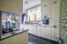 Spojrzenie na aranżację wnętrza kuchni, gdzie styl i nowoczesność tworzą ciekawą kompozycję. Z prawej znajduje się oryginalny element w tym wnętrzu - ścianka złożona z lustrzany...