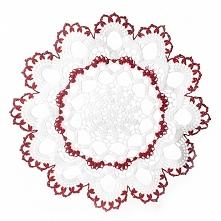 Ręcznie robiona na szydełku serwetka w kolorze białym ozdobiona czerwonym motywem.