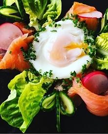 przychodzę do was dziś z propozycją jajka sadzonego na wodzie w kompozycji z wędzonym łososiem, rzodkiewką, ogórkiem, sałatą masłową i szczypiorkiem. Do zrobienia jajka potrzebn...