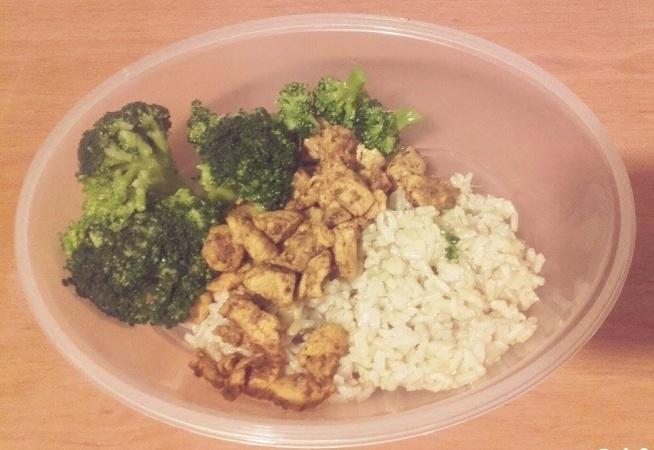 lunchbox: brązowy ryż z kurczakiem i gotowanymi brokułami :)