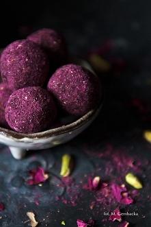 Trufle pistacjowo-daktylowe w różanym pudrze