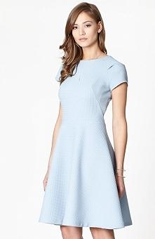 Click Fashion Waterloo sukienka błękitna Elegancka sukienka, utrzymana w deli...