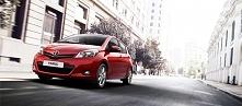 Czerwona Toyota Yaris. Pięk...