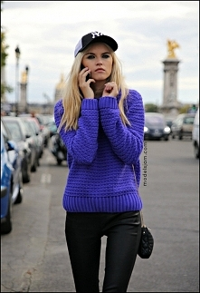 kobaltowy sweterek