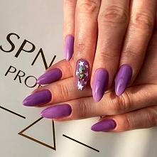 Piękny liliowy kolor lakieru hybrydowego i zdobienie 3D wykonane przy użyciu ...