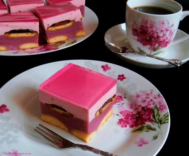 """ciasto Fiona Masa Budyniowa: 250 ml prawdziwego soku malinowego Ciasto """"Fiona"""" - Przepis - Słodka Strona450 ml wody (sok i wodę można zastąpić 700 ml napoju o smaku malinowym i kolorze różowym) 2 budynie malinowe (bez cukru, po 40 g) cukier (według uznania, jego ilość powinna być uzależniona od """"słodkości"""" soku) Masa Śmietanowa: 300 ml śmietanki kremówki 30% galaretka malinowa + 450 ml wody fix do ubijania śmietany 2 łyżki cukru pudru ok. 120 g okrągłych biszkoptów ok. 240 g delicji malinowych galaretka malinowa (u mnie różowa galaretka Pink Margarita) Przygotowanie: Dno formy o wymiarach ok. 20x28 cm wyścielamy papierem do pieczenia, boki smarujemy masłem i wykładamy warstwę biszkoptów. Masa Budyniowa: Sok oraz wodę łączymy ze sobą. W ok. 150 ml napoju rozpuszczamy budynie. Resztę soku zagotowujemy wraz z cukrem. Następnie wlewamy rozrobiony budyń i energicznie mieszamy do zgęstnienia masy. Gdy odrobinę przestygnie, wlewamy """"budyń"""" do formy wyłożonej biszkoptami. Całkowicie studzimy. Masa Śmietanowa: Galaretkę przygotowujemy według instrukcji na opakowaniu. Studzimy do lekkiego stężenia. Następnie kremówkę ubijamy na sztywno pod koniec dodając fix wymieszany z cukrem pudrem (pamiętajmy, że śmietanki nie należy zbyt długo ubijać, ponieważ może wytrącić się masło). Do śmietanki dodajemy lekko stężoną galaretkę - delikatnie i krótko miksujemy do otrzymania gładkiej konsystencji. Na masę budyniową wykładamy delicje (galaretką do góry) a na nie wylewamy masę śmietanową. Umieszczamy w lodówce do stężenia. W tym czasie przygotowujemy drugą galaretkę - studzimy. Gdy masa zgęstnieję na wierzch ciasta wylewamy schłodzoną, ale nadal płynną galaretkę. Chłodzimy do momentu całkowitego stężenia."""