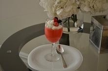 Fot. Własna Białkowy deser malinowy  1 porcja : 220gr 112 kcal [ B: 21g , W: ...