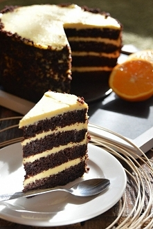 Tort czekoladowo-pomarańczowy 1,5 szklanki mąki pszennej 3/4 szklanki cukru 3 jaja 3 łyżki kakao 2 łyżeczki proszku do pieczenia 1 łyżeczka sody oczyszczonej 3/4 szklanki kwaśne...