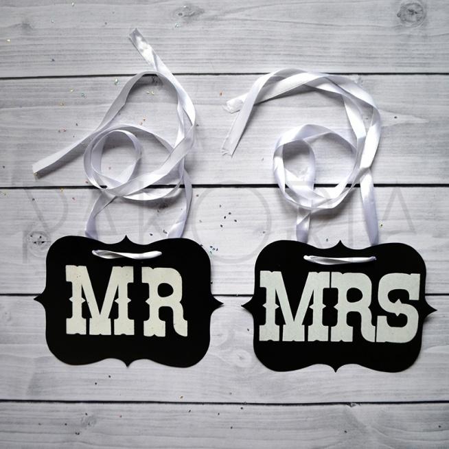 Zawieszka MR MRS EXCLUSIVE. Zawieszka, transparent, napisy, MR and MRS. Na krzesła nowożeńców. Czarne tło, biała tasiemka. Inspiracje na wesele. pakoria.pl Wedding, just marrie, wedding inspirations. Texas style.