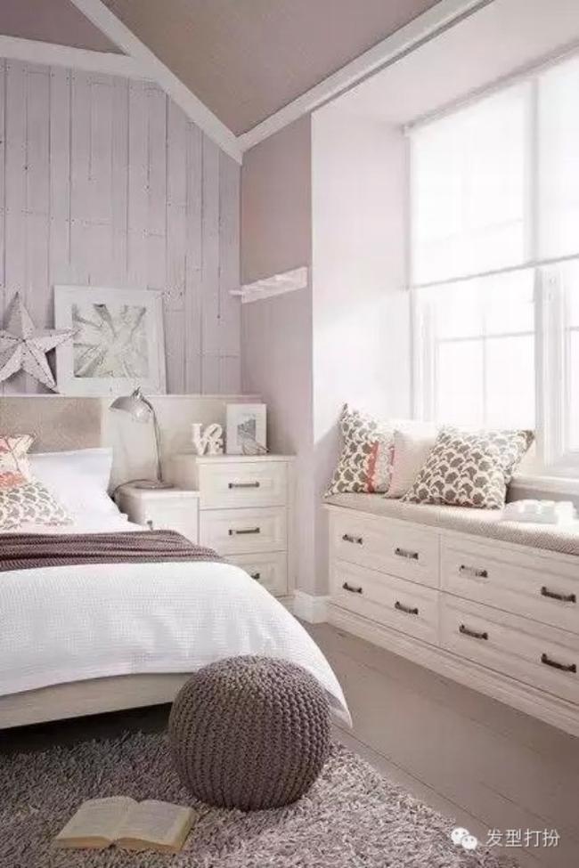 Wnętrze Sypialni I Miejsce Do Siedzenia Przy Oknie W