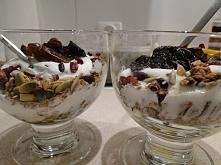 A u nas taka kolacja była: granola czekoladowa (na dnie), jogurt naturalny, w...