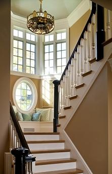 Miejsce do siedzenia zaprojektowane przy spoczniku schodów - zainspiruj się i urządź podobne siedzisko przy oknie w swoim domu! Zapraszam na nowy wpis z serii 'amerykań...
