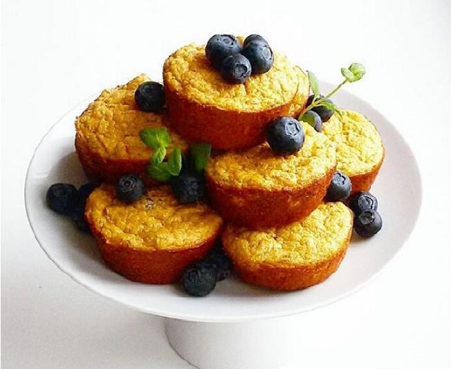 MARCHEWKOWE MUFFINY Z DAKTYLAMI  * 1 duża marchew, 1 banan, 2 duże jajka (białka i żółtka oddzielnie), 5 łyżek płatków owsianych, 1 garść daktyli.  Marchew zetrzeć na tarce o drobnych oczkach, płatki owsiane zmielić na mąkę, białka ubić na sztywną pianę, banana rozgnieść widelcem na gładką masę. Marchew wymieszać z żółtkami, zmielonymi płatkami, bananem i drobno pokrojonymi daktylami. Delikatnie połączyć białka z masą marchewkową. Formę na muffinki wysmarować olejem kokosowym i napełnić do całej wysokości. Piec 20 minut w 180*C.