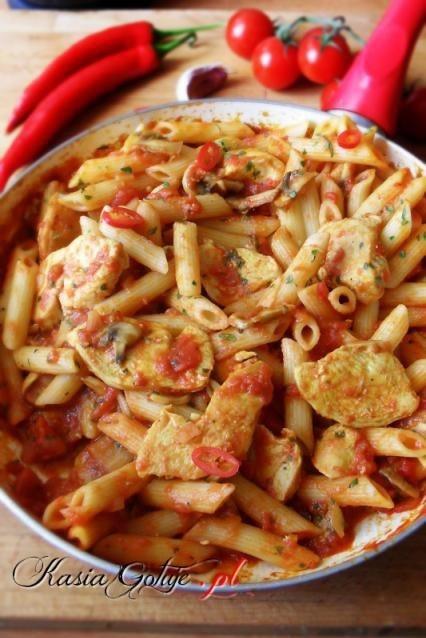 Penne z kurczakiem w pikantnym pomidorowym sosie  Składniki  250g makaronu penne 1 połówka filetu z kurczaka 3 pieczarki 1 mała cebula 1 puszka krojonych pomidorów 2 ząbki czosnku papryka chili (wg uznania) sól, pieprz curry  Na samym początku wstawiamy wodę na makaron i gotujemy według instrukcji na opakowaniu.  Filet z kurczaka tniemy na 1 cm plastry, doprawiamy solą, pieprzem i carry. Smażymy na odrobinie oleju z każdej strony po 2 minuty.  Następnie dodajemy drobno posiekane pieczarki, cebulę i pomidory z puszki, czosnek i chili.  Wszystko gotujemy tak długo, aż sos zgęstnieje trwa to ok 3-5 minut.  Do gotowego sosu przekładamy odsączony, ugotowany makaron i wszystko dokładnie mieszamy. Sprawdzamy czy nie trzeba dodać jeszcze soli.