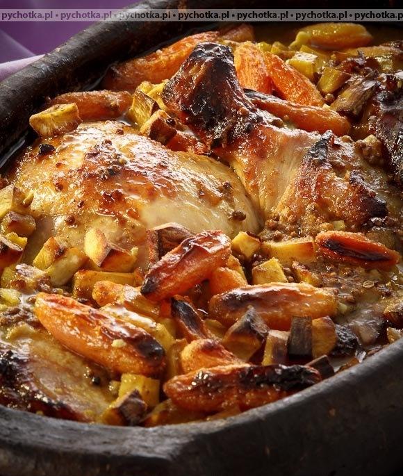Kurczak pieczony w sosie musztardowym podudzia kurczaka 8 sztuk masło 4 łyżki woda 1/4 szklanki czosnek 2 ząbki przyprawa do kurczaka 2 łyżki sól pieprz majeranek musztarda 3 łyżki mąka pszenna 2 łyżki cebula 1/2 sztuki Przygotowanie: Podudzia kurczaka należy oczyścić, umyć i odstawić do odcieknięcia z wody. Następnie należy je natrzeć czosnkiem, obsypać solą i pieprzem, następnie przyprawą do kurczaka i majerankiem. Podudzia należy ułożyć w naczyniu żaroodpornym, podlać odrobiną wody, ułożyć masło i krążki cebulki. Kurczaka należy nakryć pokrywką i piec około 1,5 godziny w piekarniku nagrzanym do 200 stopni. Po upieczeniu kurczaka należy zaprawić go wodą wymieszaną z mąką i musztardą, zahartowaną wrzątkiem. Wstawić do piekarnika na kolejne 5-10 minut i po tym czasie podawać.