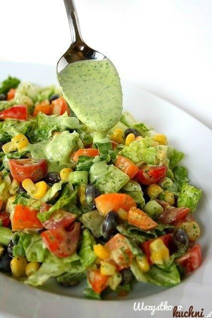 Pyszna salatka idealna do grillowanego mięsa...   pomidory kukurydza ciemne oliwki dymka kilka listków sałaty masłowej  dressing: b. duży pęczek pietruszki sok z cytryny mały ząbek czosnku 3-4 łyżki oliwy extra vergine sól, pieprz