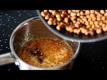 Chrupiąca przekąska z cieciorki w karmelu