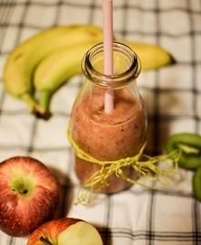 Smoothie:)   Składniki  7 mrożonych truskawek mały banan lub 1/2 dużego 4-5 k...